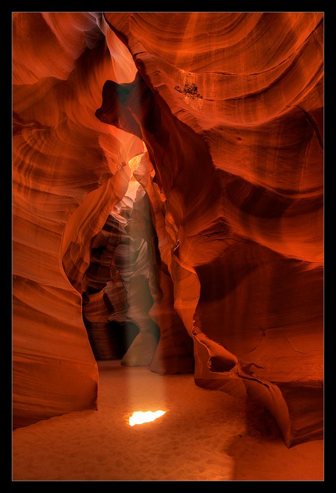 Ein Lichtstrahl fällt auf den Boden des Canyons und alle sind ganz aus dem Häuschen...