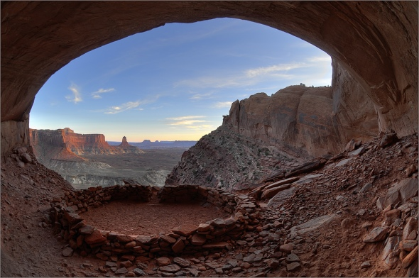 Ein Blick aus der False Kiva in den Canyonlands National Park