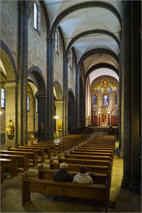 Blick in die Klosterkirche in Maria Laach mit der Fuji Finepix X100 bei ISO 3200