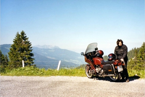 Nina am Brienzer Rothorn mit BMW R80-RT